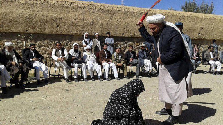Mujer afgana golpeada en plena calle