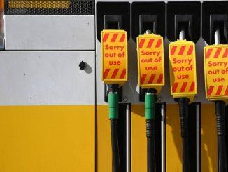 Carteles que pueden verse hoy en gasolineras de Reino Unido