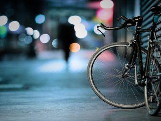 abandono-bebe-robar-bicicleta